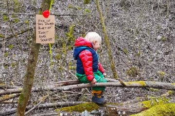 Kinder auf Baumstamm im Räuber Quartier