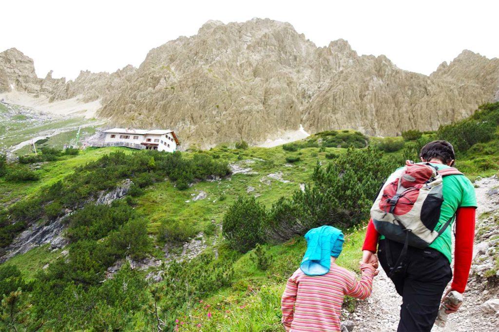 Beim Hüttenwandern mit Kind auf dem Weg zur Hütte