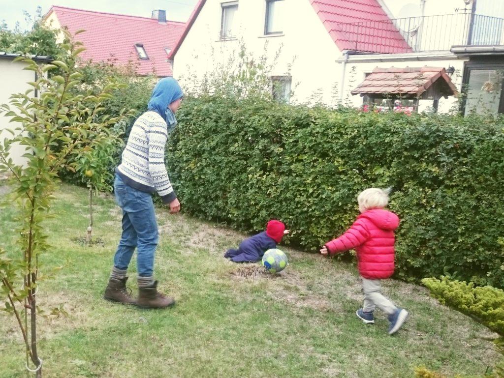 Kinder beim Ballspiel