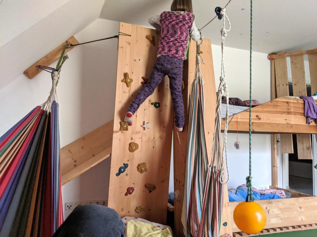 Kletterwand, Schaukel, Rutsche, Hängematte im Kinderzimmer