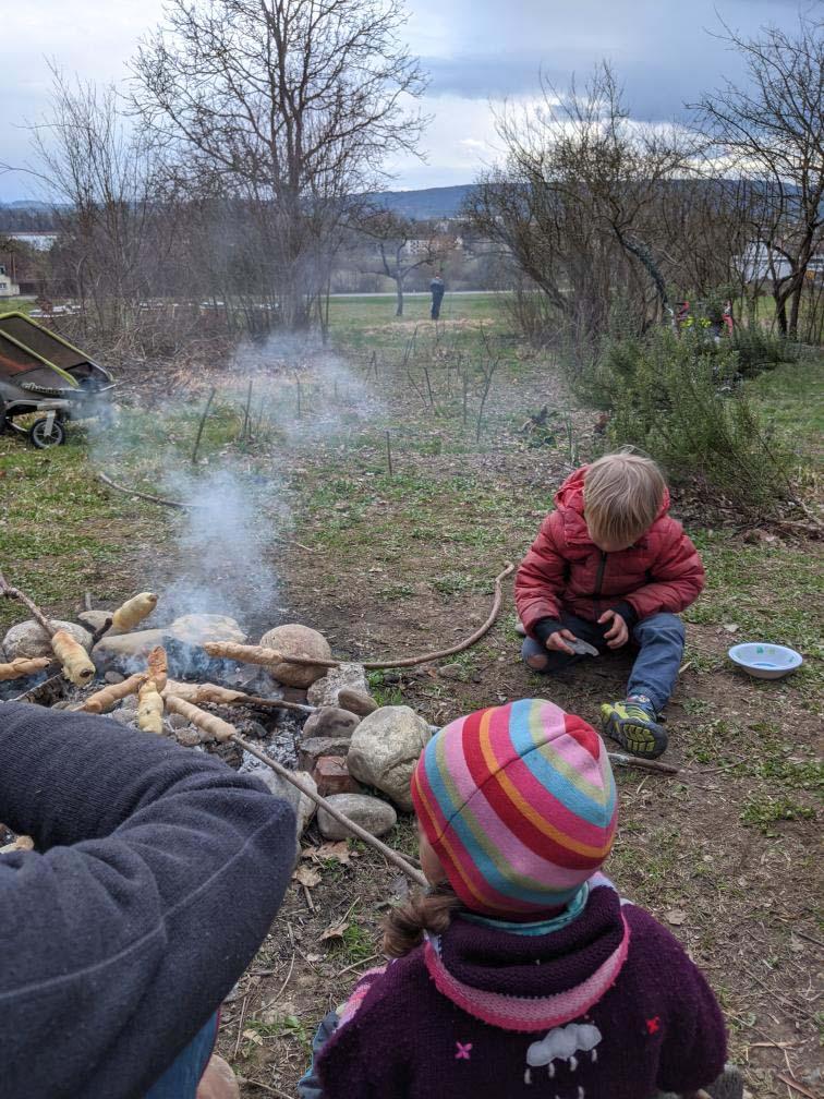 Grillen am Lagerfeuer mit Kindern, draußen in der Natur