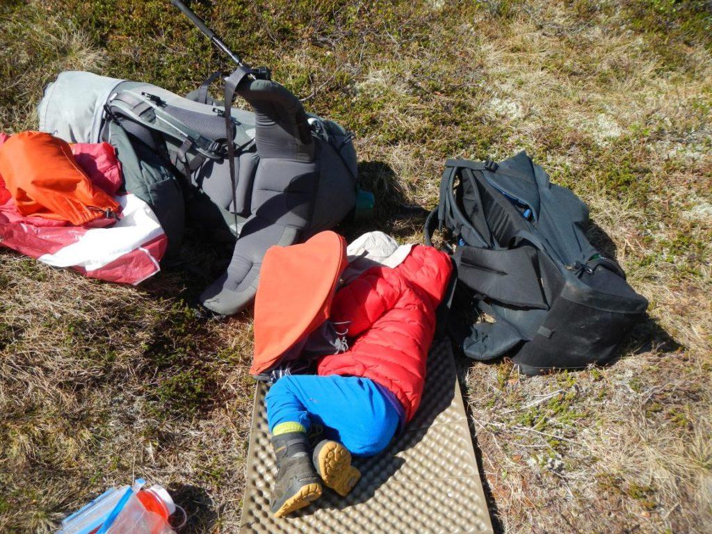 Kind schläft auf Falt-Isomatte in der Natur