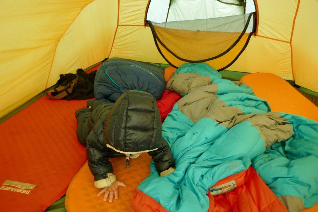 Kind erforscht die Isomatten im Zelt