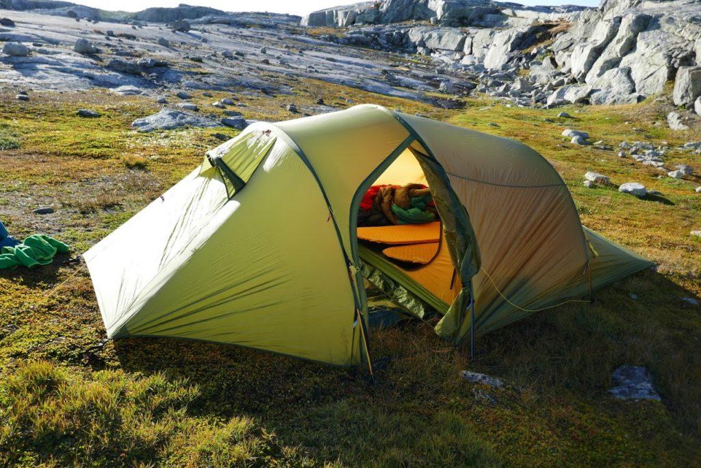 Zelt, bestückt mit selbsaufblasbaren Isomatten