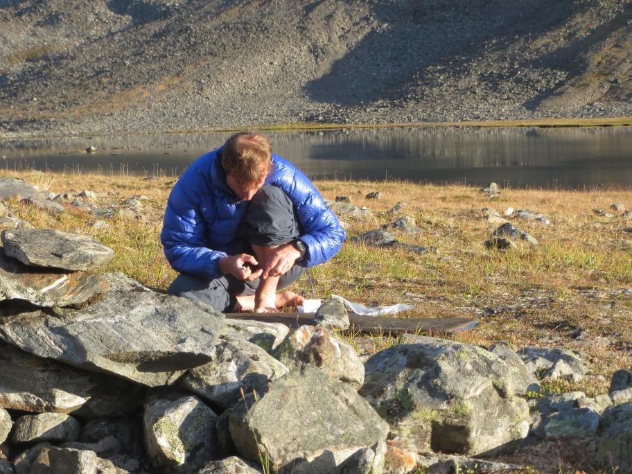 Camper beim Reparieren einer Isomatte