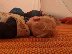 Kind auf luftgefüllter Isomatte