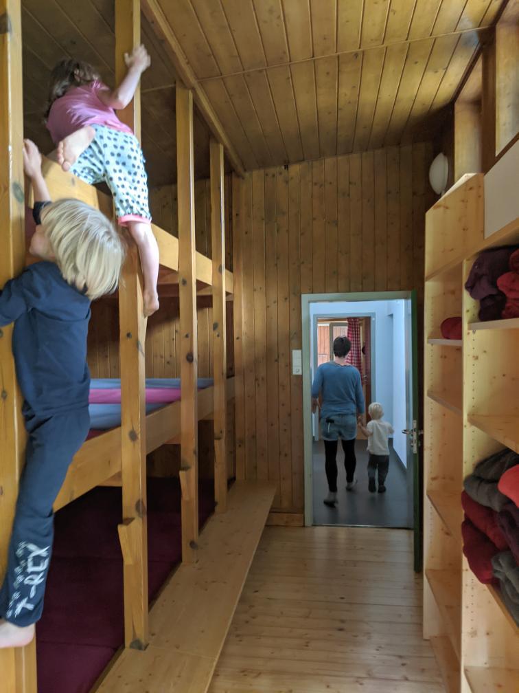 Kinder im Schlaflager auf der Hütte