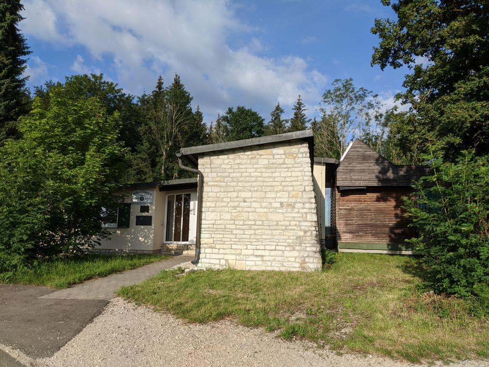 Das Werkmannhaus, Alpenvereinshütte der Sektion Schwaben, liegt idyllisch auf einem Hügel der Schwäbischen Alb bei Bad Urach