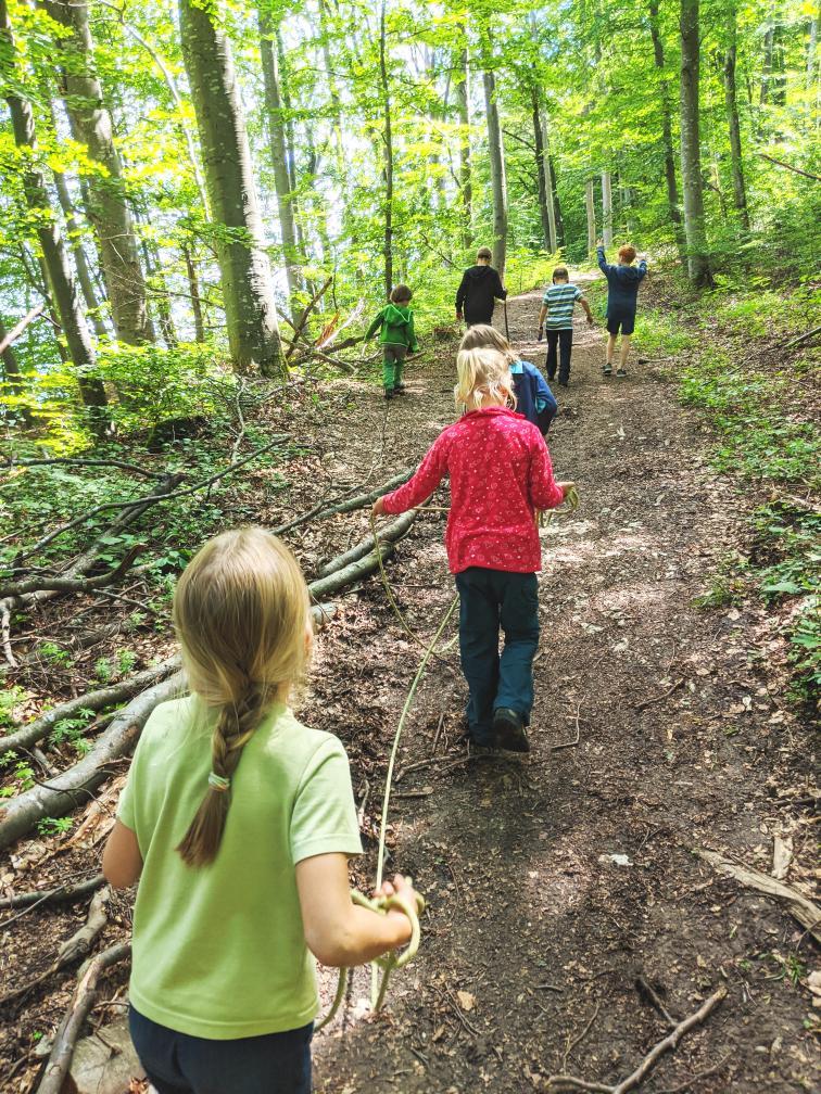 Fröhliche Kinderhorde im Wald