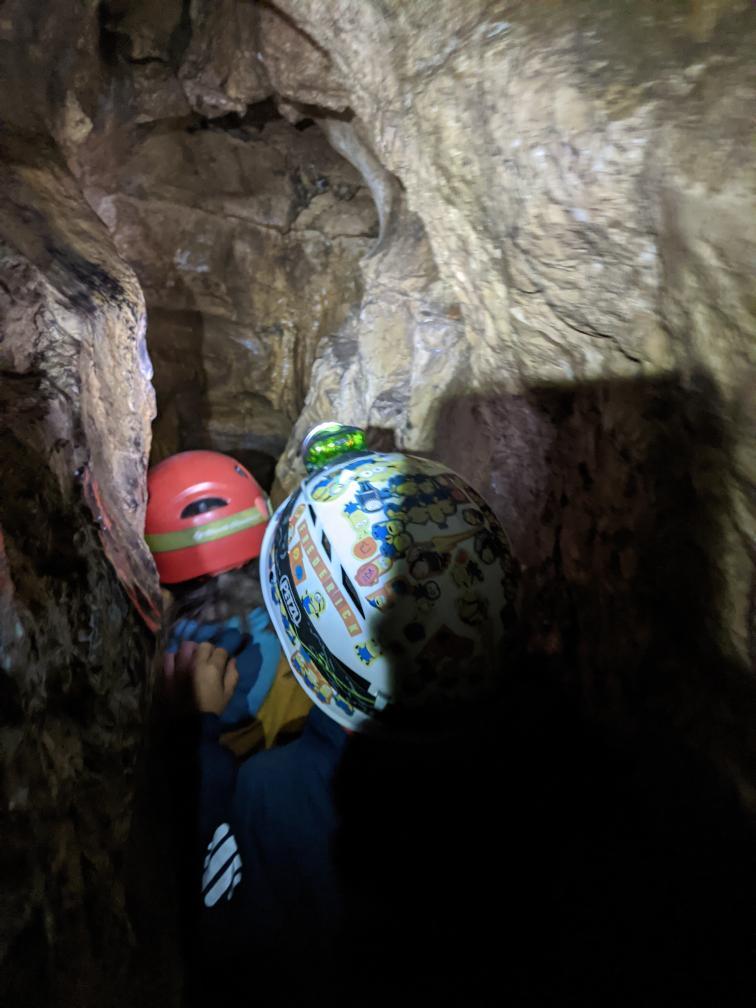 Gut ausgerüstete Höhlen-Kinder