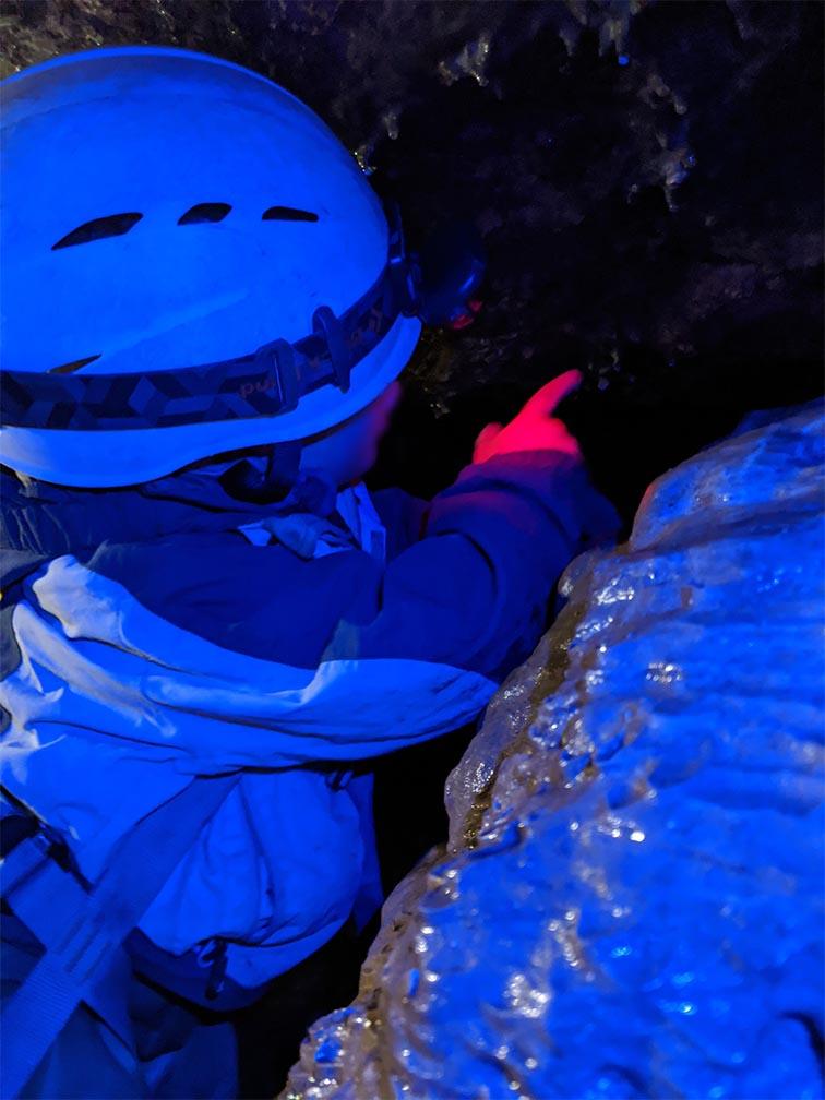 Kleines Kind in großer Höhle