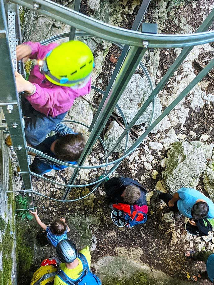 Klettern auf die steile Leiter