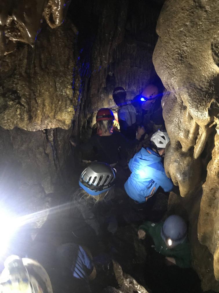 Viele Kinder in der Gustav-Jakob-Höhle