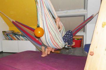 Schaukel, Hängematte, Kletterwand im Kinderzimmer