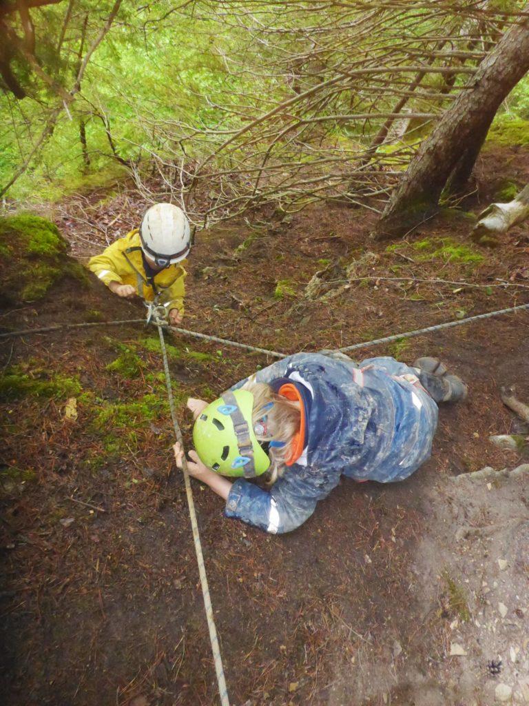 Steiler Weg zum Höhlen Mikroabenteuer
