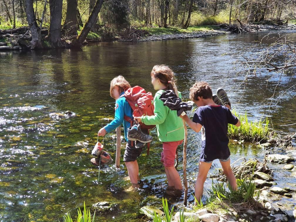 Kinder überqueren einen Fluss