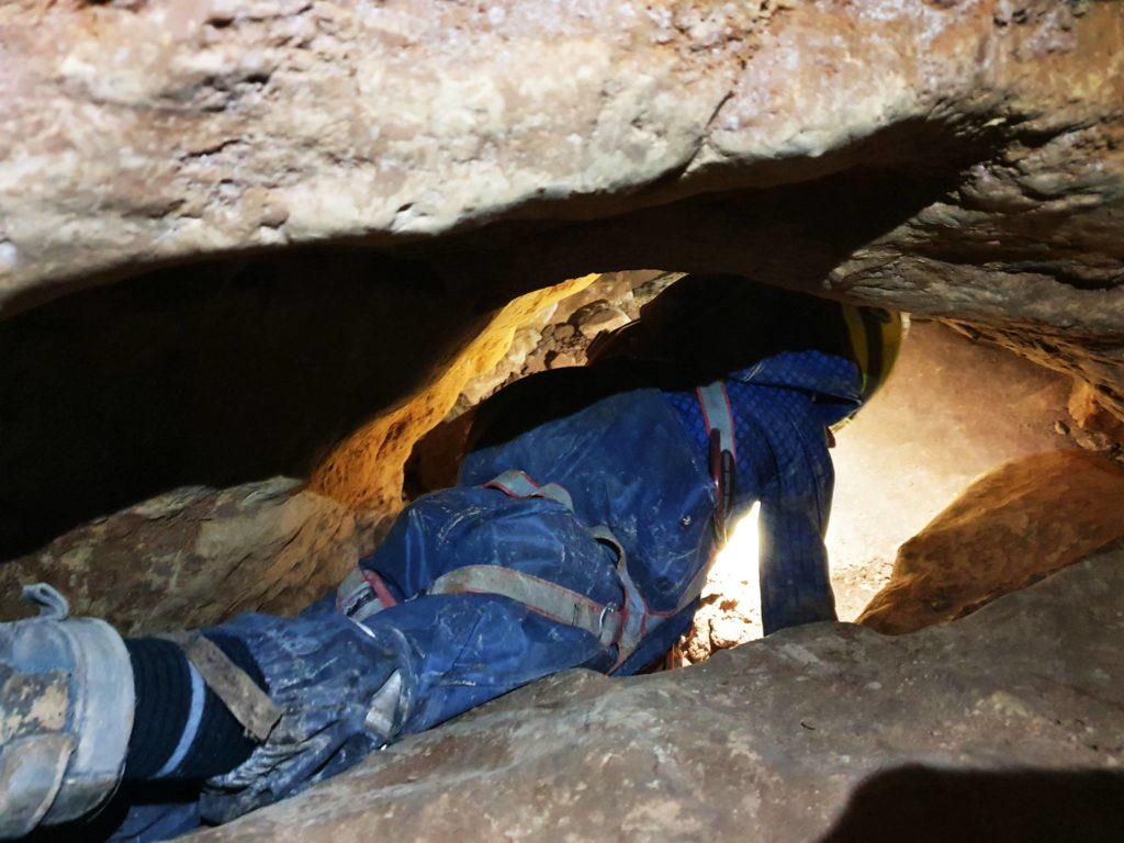 Ein Kind spielt Höhlenforscher