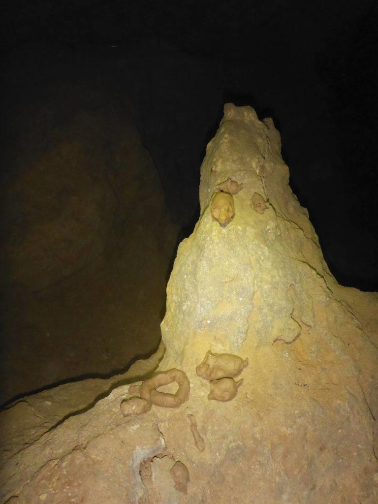 Viele kleine Lehm-Tierchen in der großen Höhle