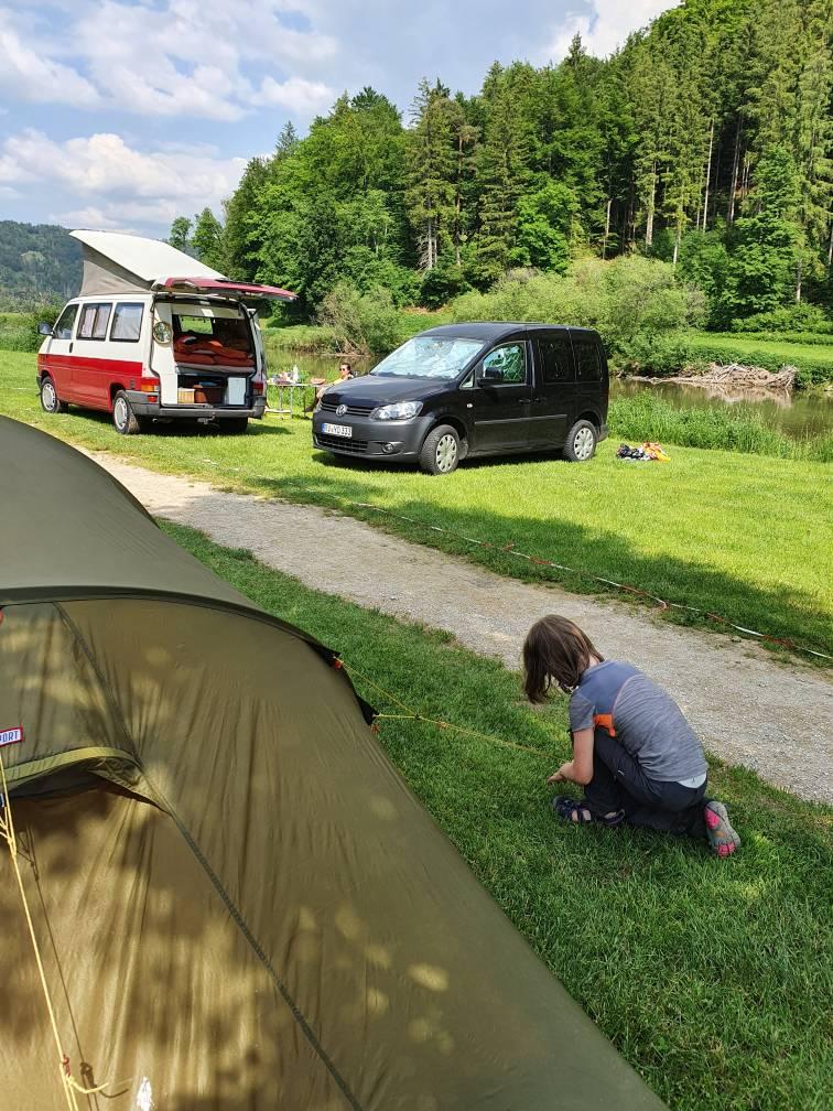 Auf dem Campingplatz Wagenburg im Donautal wird das Zelt aufgebaut