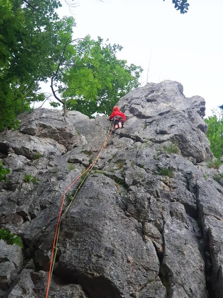 Ein Kind klettert am Stuhlfels im Donautal