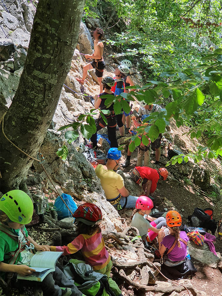 Kletterer drängen sich am sonnigen Fels