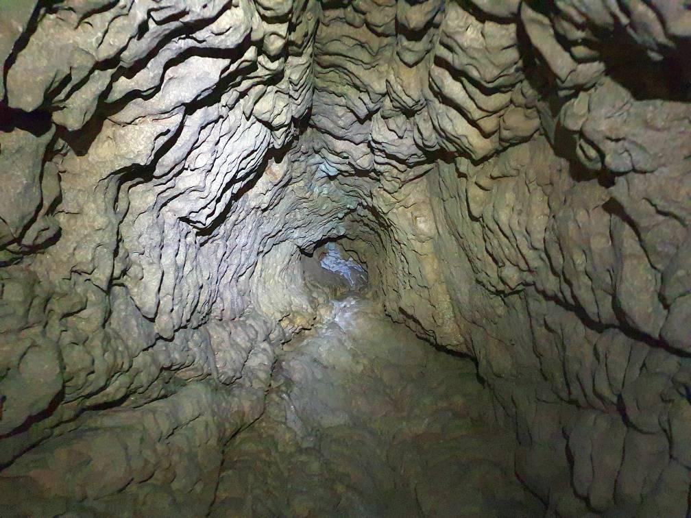Höhle mit eindrucksvoll hohem Kamin
