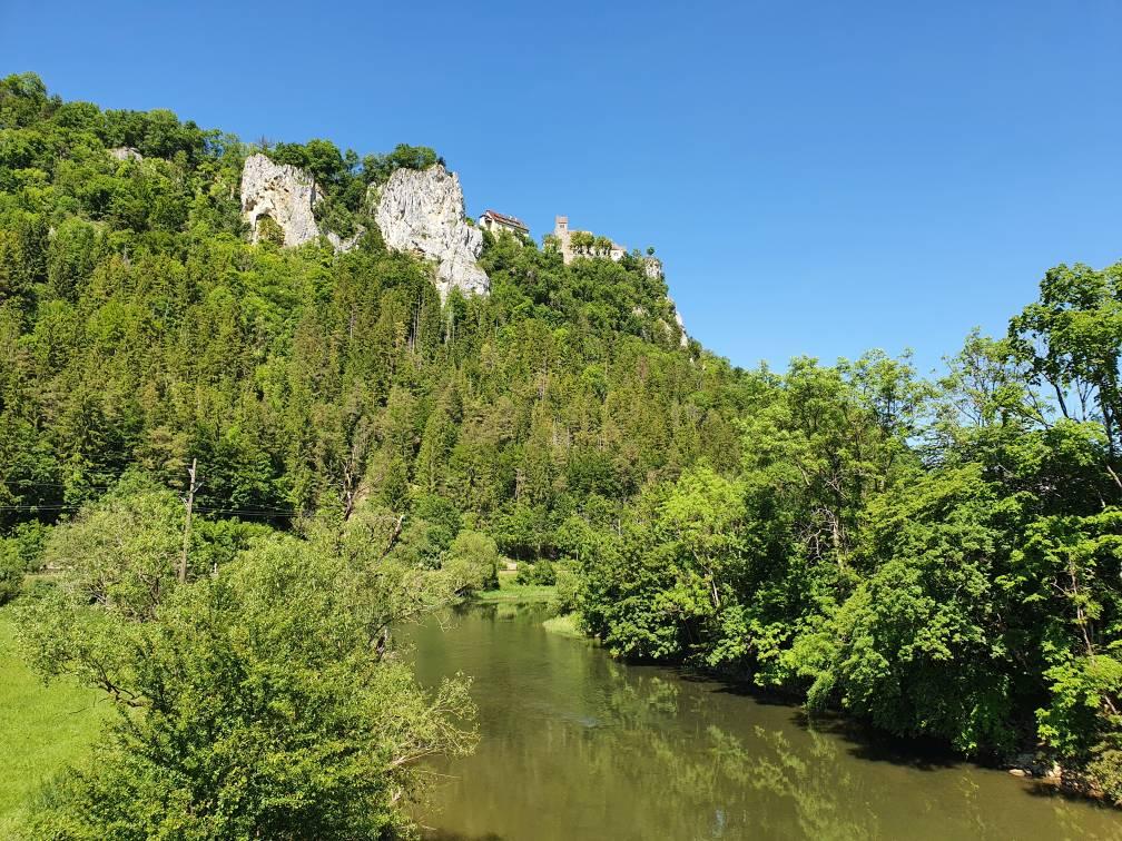 Schloss Werenwag zwischen Beuron und Hausen im Tal, von der Donau aus gesehen