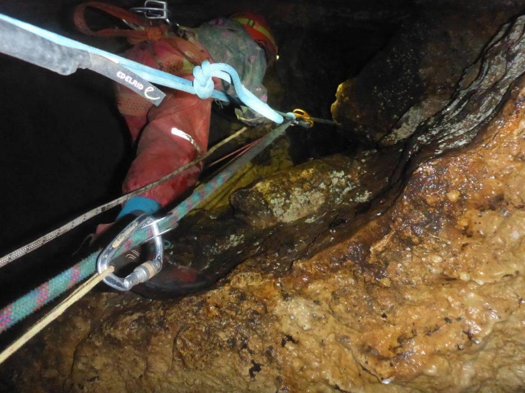 Ein Kind prusikt am Seil aus der Amanda-Höhle